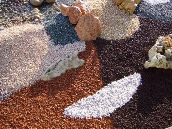 jardim-decorado-com-pedras-coloridas